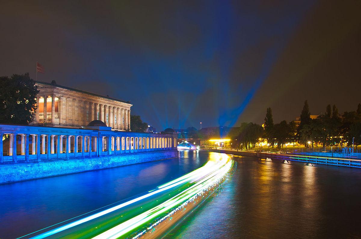 Художественный музей в составе ансамбля Музейного острова в Берлине, в котором размещаются экспозиции Скульптурного собрания, Музея византийского искусства и Монетного кабинета, 4 буквы