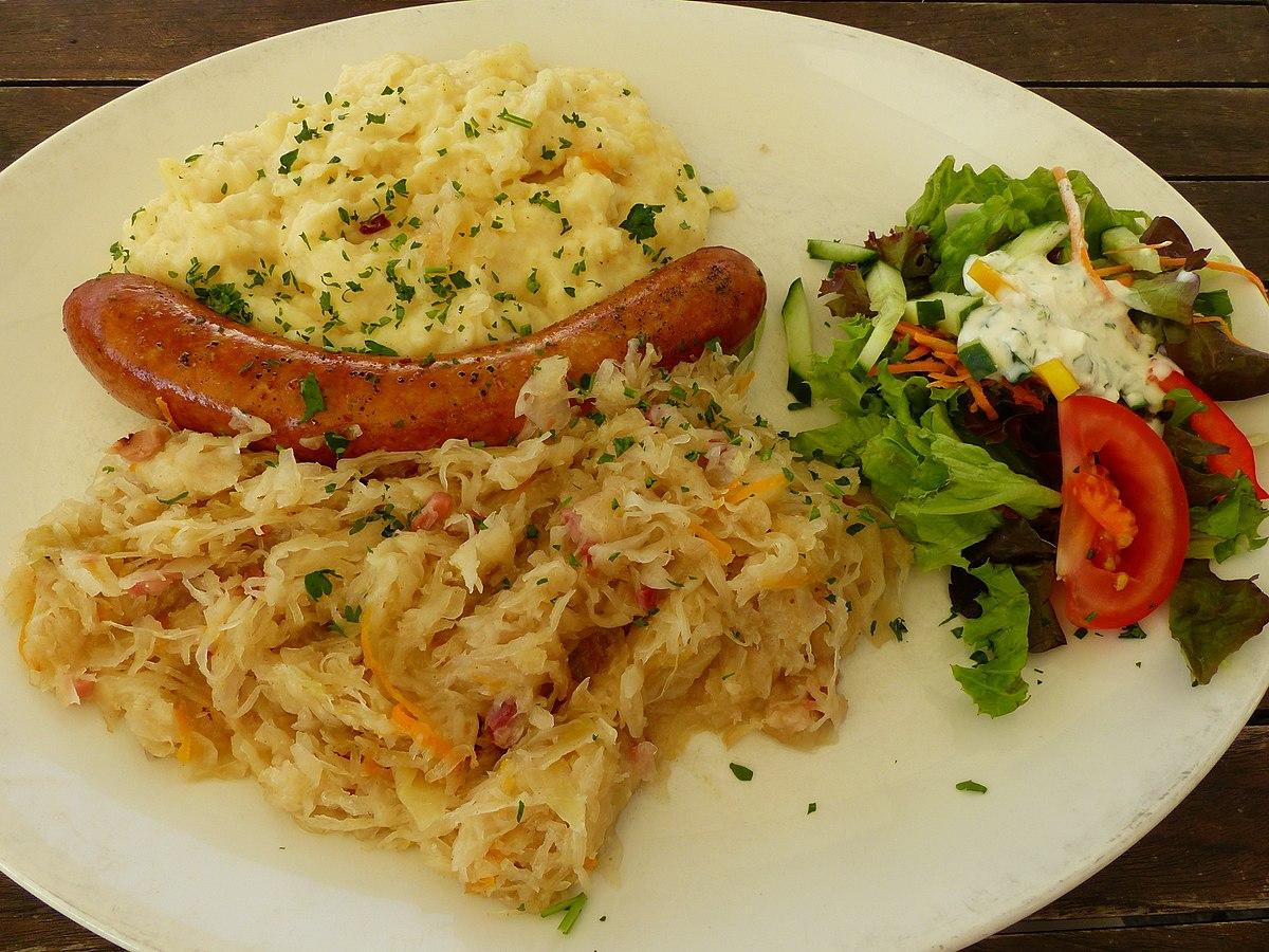 Обед в Тюрингии: сосиска Ростбратверст с квашеной капустой и картофельным пюре