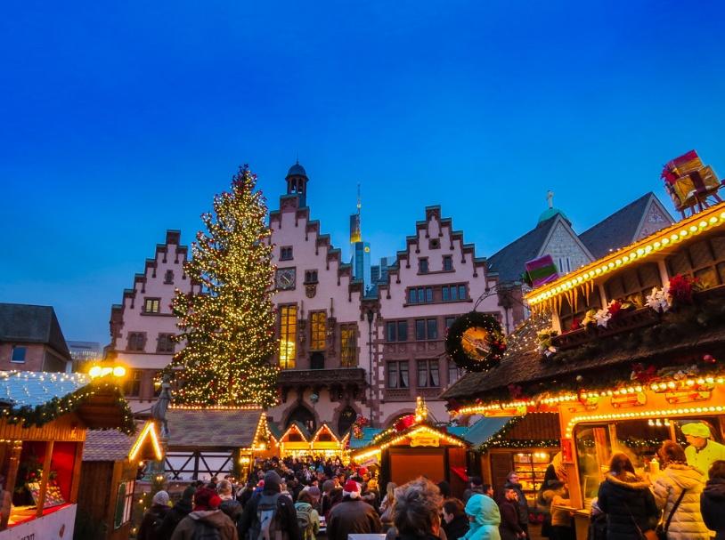 Сияющая огнями рождественская ярмарка